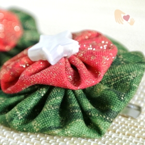 It's all sparkles and stars for this pair of Christmas-coloured hairclips.